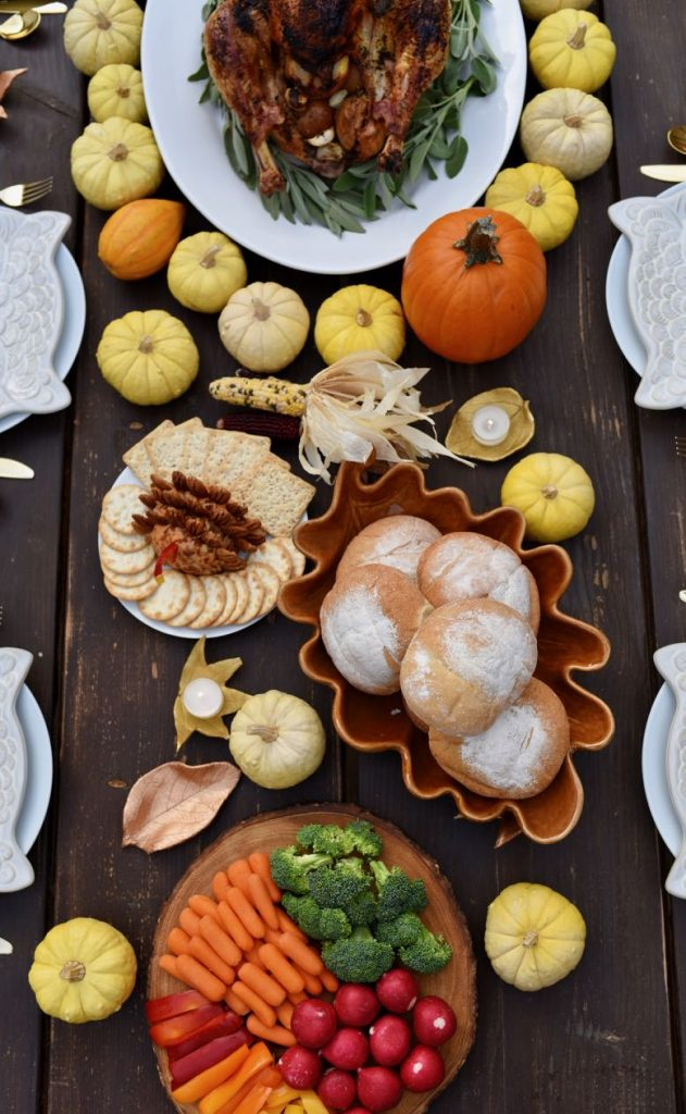 Rustic modern Thanksgiving table ideas