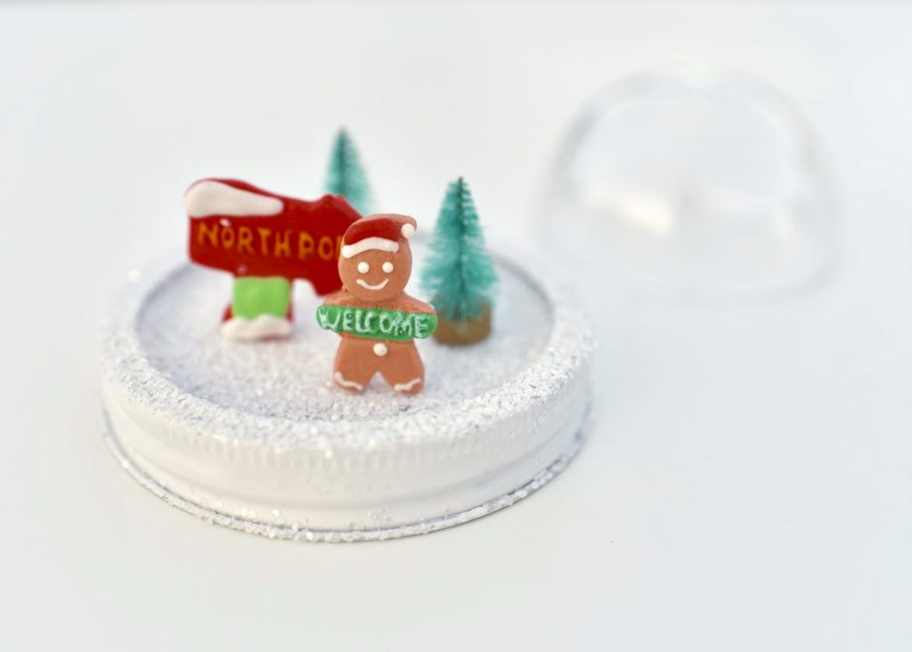 Mason jar snow globes tutorial for Christmas